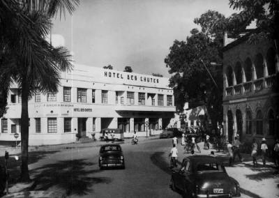 Hotel Des Chutes e, sulla destra, l'edificio delle Poste